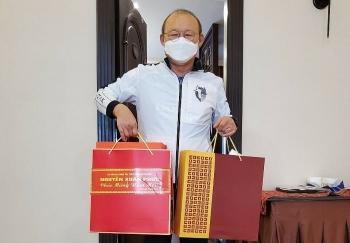Thủ tướng Nguyễn Xuân Phúc tặng quà Tết cho HLV Park Hang-seo