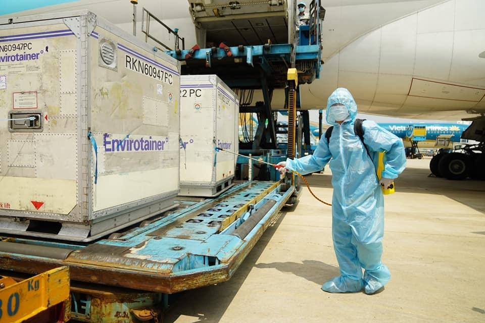 Lô vắc xin ngừa COVID-19 đầu tiên đã cập bến Việt Nam