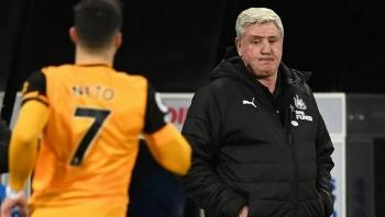 Xung đột nội bộ, HLV Newcastle 'tẩn' học trò ngay trên sân tập