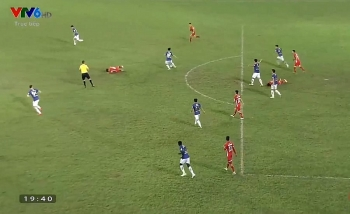 VIDEO: Tiền vệ Martin Lò bị... trọng tài 'đánh nguội'