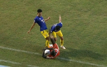 Clip: Trung vệ Bùi Hoàng Việt Anh của Hà Nội FC đá thẳng bụng đối thủ nằm sân