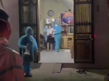 Video: Dùng cần cẩu cưỡng chế F1 trốn cách ly, cố thủ trong nhà ở Bắc Giang
