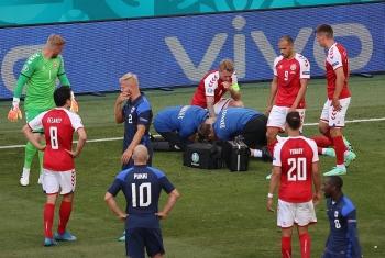 VIDEO: Cận cảnh Eriksen đổ gục xuống sân khiến người hâm mộ sốc