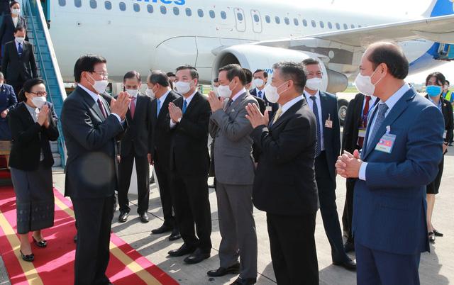Tổng Bí thư, Chủ tịch nước Lào đến Hà Nội bắt đầu thăm hữu nghị chính thức Việt Nam - Ảnh 2.
