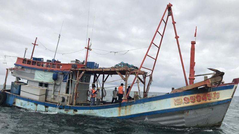 Đoàn Trinh sát số 2 BTL Cảnh sát biển bắt giữ tàu vận chuyển dầu DO trái phép