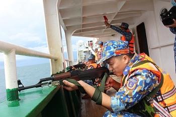 Vùng Cảnh sát biển 4 tổ chức huấn luyện và bắn súng pháo trên biển