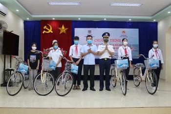 Bộ Tư lệnh Vùng Cảnh sát biển 1 tặng quà hỗ trợ nhân dân tại huyện đảo Cát Hải