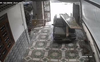 Camera giao thông: Dạy lái xe, cả thầy và trò đâm đổ cổng lao vào nhà dân