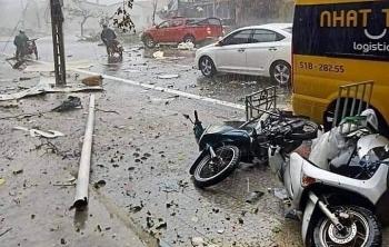Video: Gió bão thổi bay hàng loạt người đi xe máy trên đường tại Huế
