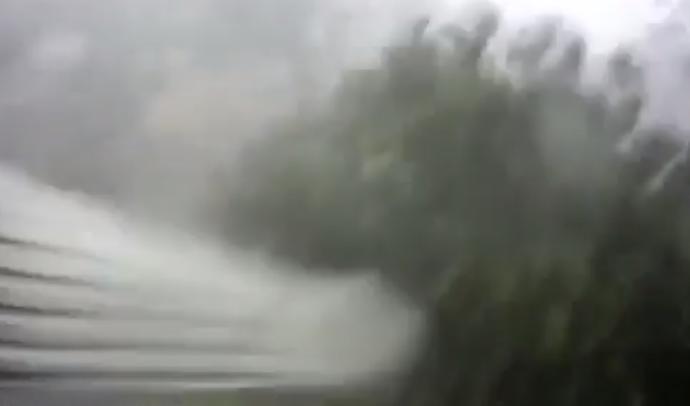 Video: Gió lốc kinh hoàng ở Huế thổi bay mái nhà lên không trung