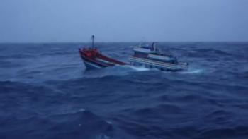 Cảnh sát biển cứu ngư dân trên tàu cá sắp chìm trong bão Côn Sơn