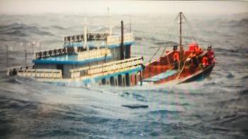 Hình ảnh cảnh sát biển cứu ngư dân trên tàu cá sắp chìm trong bão Côn Sơn