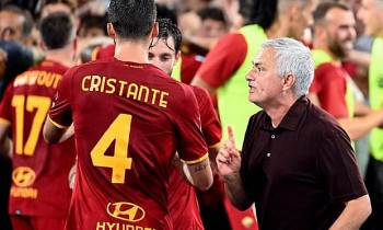 AS Roma lên đầu bảng xếp hạng, HLV Mourinho ăn mừng như vô địch