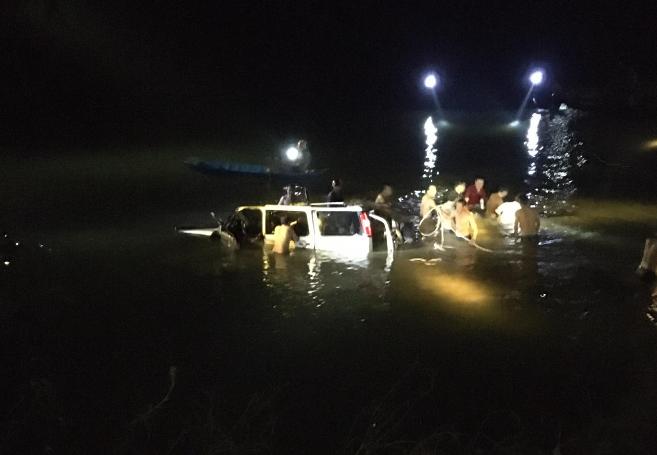 Ô tô biển số Hà Nội lao xuống sông ở Nghệ An, 5 người thương vong