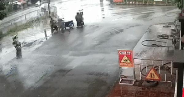 Camera giao thông: Xe máy không người lái băng qua đường vào...