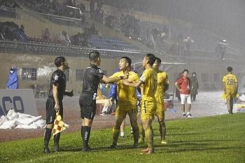 Tưởng tượng ra pha việt vị ở V-League, trợ lý trọng tài bị treo cờ