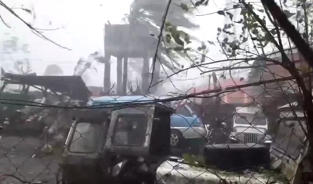 Video: Siêu bão Goni nhấn chìm nhiều làng mạc, gây vỡ đê ở Philippines