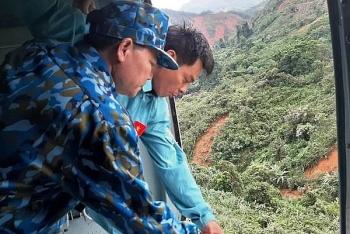 Máy bay Mi 171 tiếp tế lương thực cho người dân Phước Sơn bị cô lập