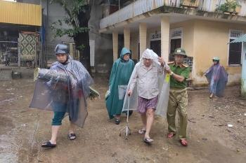 Bão số 13 áp sát đất liền, các tỉnh Trung Trung Bộ đã có mưa to