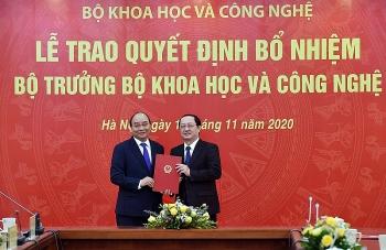 Thủ tướng trao quyết định, giao nhiệm vụ cho Bộ trưởng Bộ KHCN và Bộ Y tế