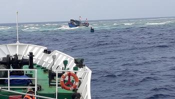 Khánh Hòa: Tàu cá đứt neo va vào đá ngầm, hai người chết và mất tích