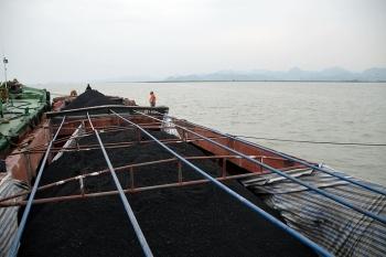 Tạm giữ 500 tấn than không rõ nguồn gốc tại khu vực biển giáp ranh Hải Phòng và Quảng Ninh