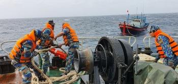 Hỗ trợ tàu cá ngư dân Khánh Hòa gặp sự cố trên biển