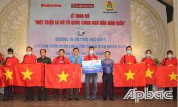 Tiền Giang: Trao 1.000 lá cờ Tổ quốc tiếp động lực cho ngư dân bám biển