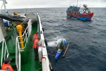Cứu nạn 4 ngư dân Philippine trôi dạt trên biển
