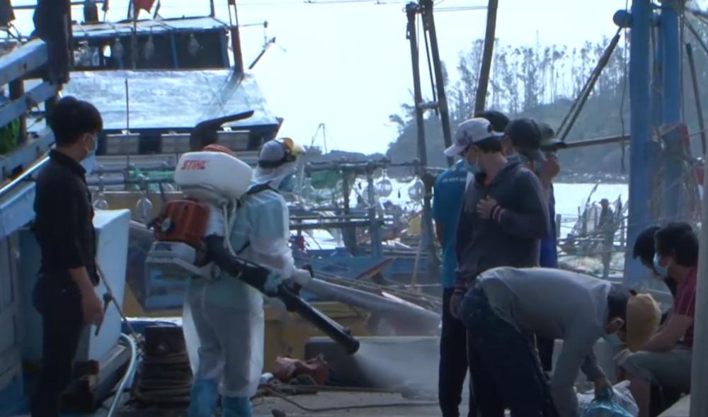 Cách ly 8 ngư dân tiếp xúc với người nước ngoài bị nạn trên biển để phòng dịch Covid