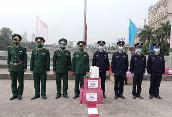 Tặng quà Tết cho đơn vị bảo vệ biên giới Trung Quốc