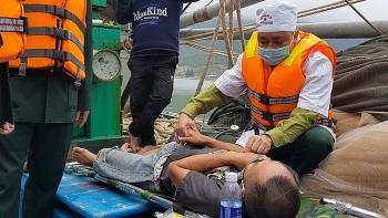 Hà Tĩnh: Cứu sống 8 thuyền viên trên tàu bị bốc cháy