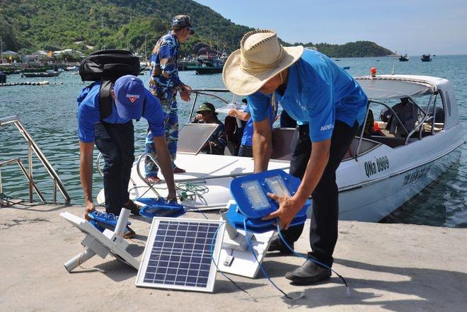Vận chuyển thiết bị chiếu sáng bằng điện mặt trời ra đảo Cù Lao Chàm ẢNH: MẠNH CƯỜNG