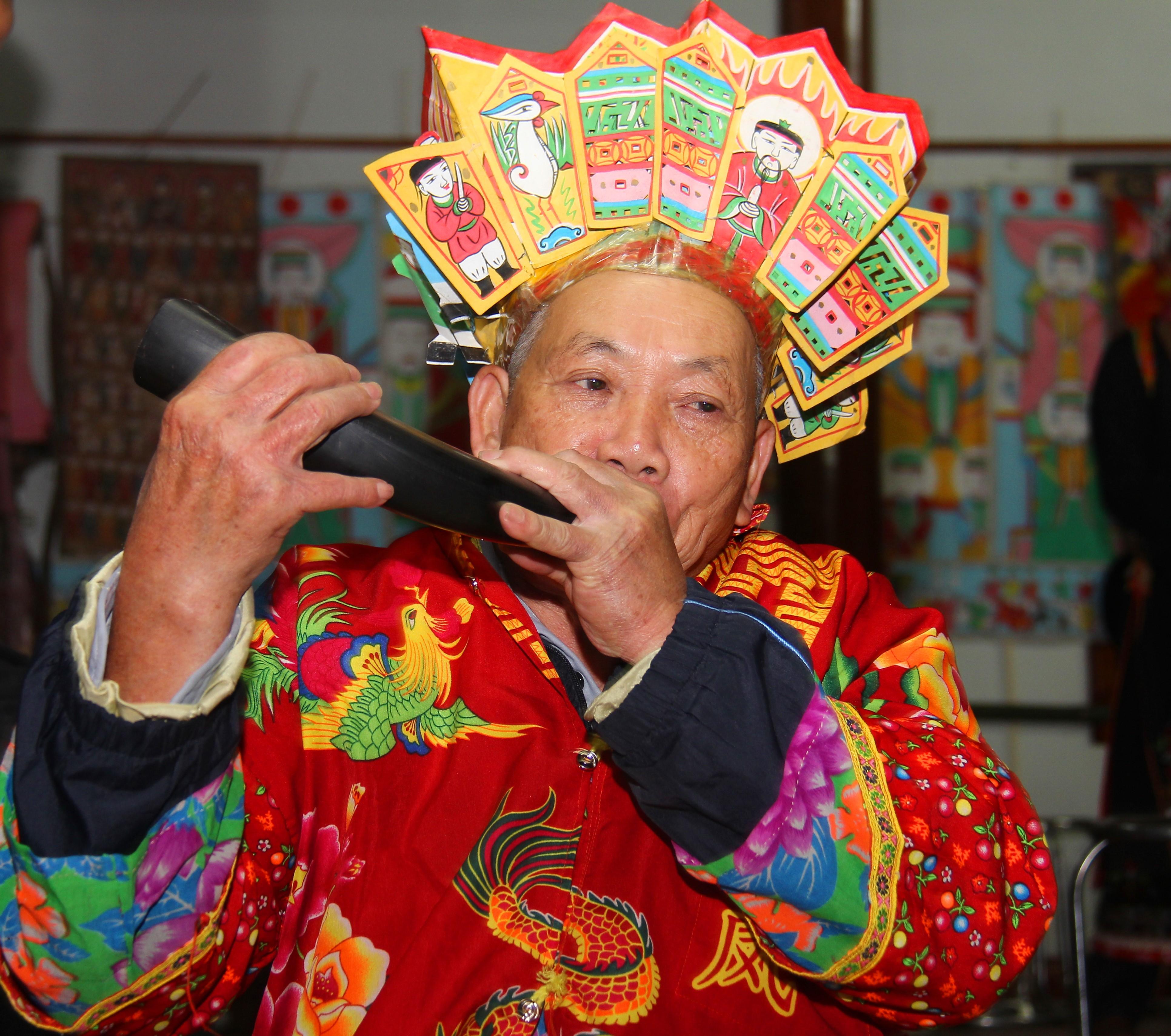 Ông Trịnh Văn Chung thổi tù và mời Ngọc Hoàng xuống dự lễ cúng