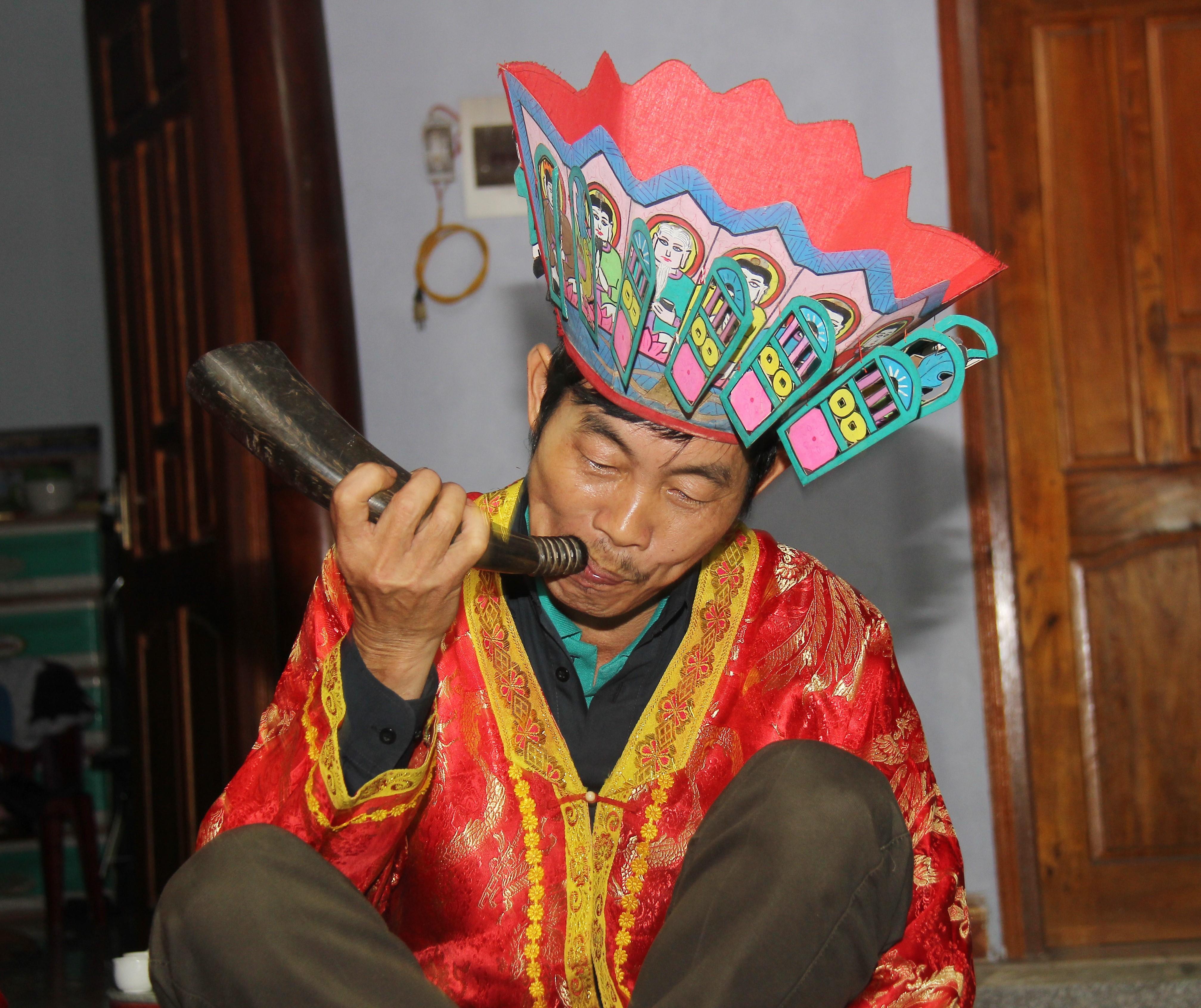 Những người làm nghề thầy cúng trong cộng đồng người Dao đều có chiếc tù và để hành lễ