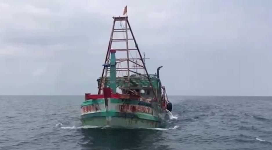 Bắt giữ nhiều tàu chở dầu trái phép trên biển