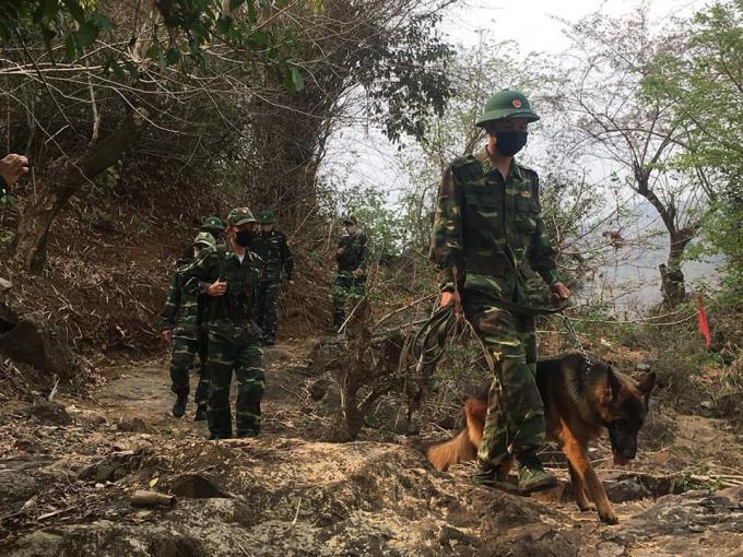 Các chiến sỹ biên phòng sử dụng chó nghiệp vụ để phát hiện, ngăn chặn đối tượng nhập cảnh trái phép