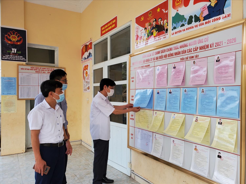 Tại các điểm bầu cử, danh dách ứng cử viên được niêm yết ngay ngắn để Nhân dân theo dõi