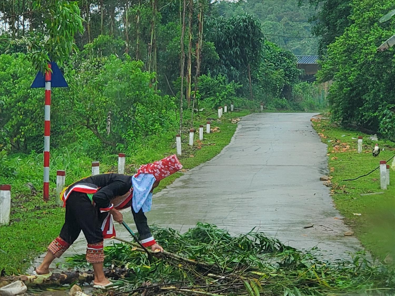 Người dân thôn Khe Tiền, xã Đồng Văn (huyện Bình Liêu) dọn dẹp cây đổ chắn ngang đường, bảo đảm giao thông thông suốt đến điểm bầu cử