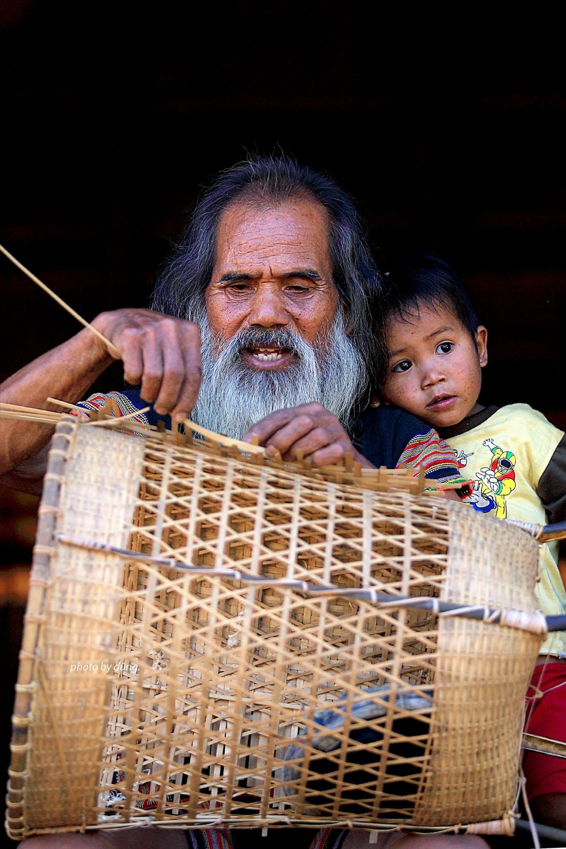 """Già làng A Xép của làng Kon K'tu cùng cháu bên """"nhà rông cha"""""""