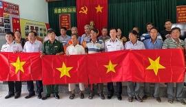 2.000 lá cờ Tổ Quốc cùng ngư dân bám biển