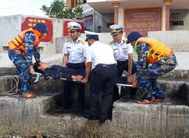 Vùng 4 Hải quân hỗ trợ ngư dân vươn khơi bám biển