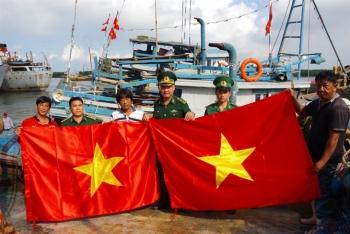 Hải đoàn 18 BĐBP tặng 100 cờ Tổ quốc cho ngư dân