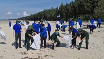 Hàng trăm thanh niên tham gia dọn sạch bờ biển biên giới