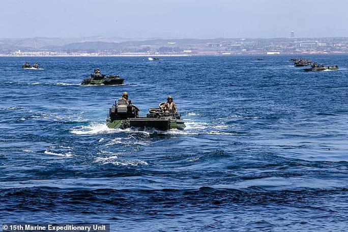 Thủy quân lục chiến Mỹ ra mệnh lệnh nóng, tìm kiếm 8 binh lính mất tích trên biển - Ảnh 1.