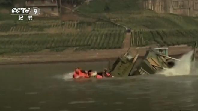 Xe bọc thép đổ bộ của Trung Quốc bị chìm khi đang di chuyển trên sông
