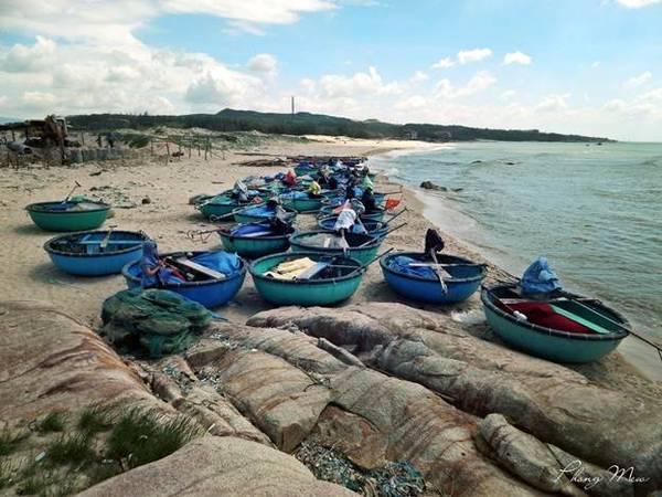 Từng con thuyền của ngư dân như tô điểm thêm cho cảnh sắc nơi đây thêm quyến rũ.