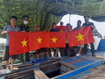 Tuyên truyền pháp luật về biển đảo và tặng cờ Tổ quốc cho 200 tàu cá