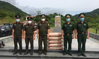 Hỗ trợ vật tư y tế cho các đơn bị bảo vệ biên giới Lào chống dịch