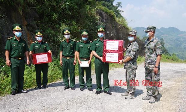 Đoàn đại biểu Trạm Hội ngộ hội đàm BĐBP địa khu Tịnh Tây tặng quà cho Đồn Biên phòng Sơn Vĩ và Bộ Chỉ huy BĐBP Hà Giang.